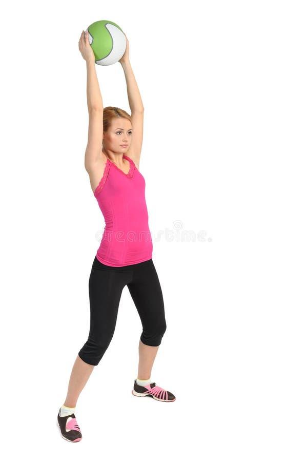 Νέα κυρία που κάνει τη σφαίρα ιατρικής workout στοκ εικόνα