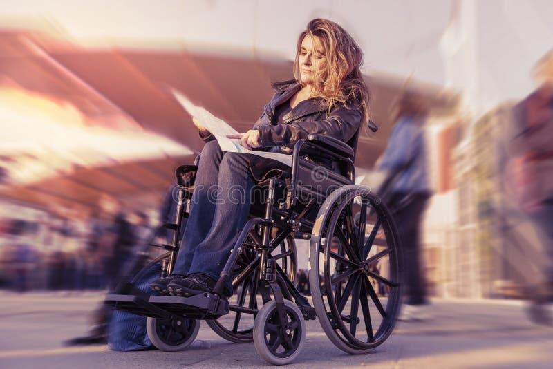 Νέα κυρία σε μια αναπηρική καρέκλα στοκ εικόνα με δικαίωμα ελεύθερης χρήσης