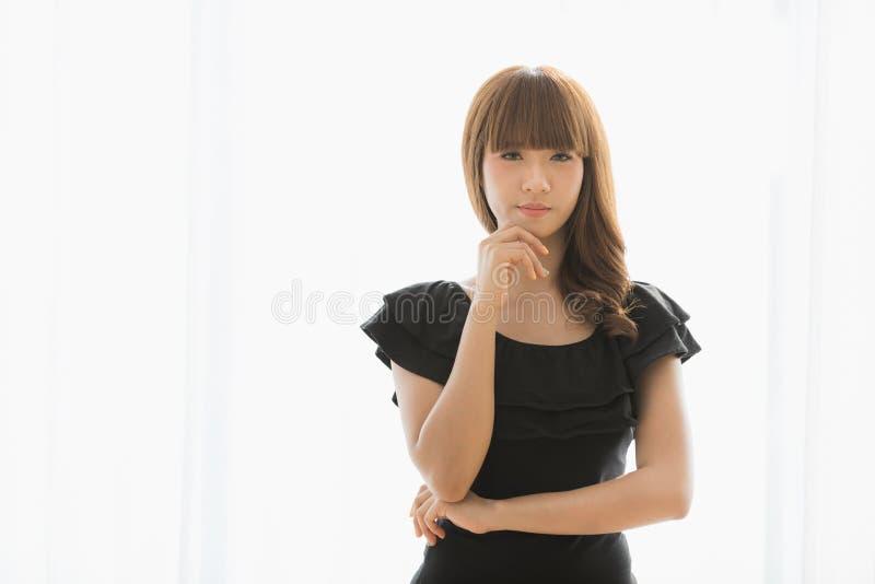 Νέα κυρία στο μαύρο φόρεμα στοκ εικόνες με δικαίωμα ελεύθερης χρήσης