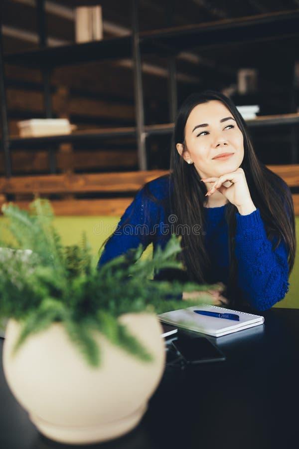 Νέα κυρία στο σύγχρονο χώρο εργασίας στοκ εικόνες με δικαίωμα ελεύθερης χρήσης