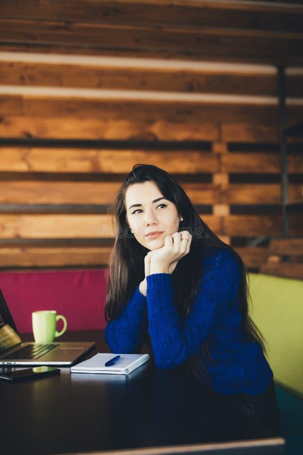 Νέα κυρία στο σύγχρονο χώρο εργασίας στοκ φωτογραφίες