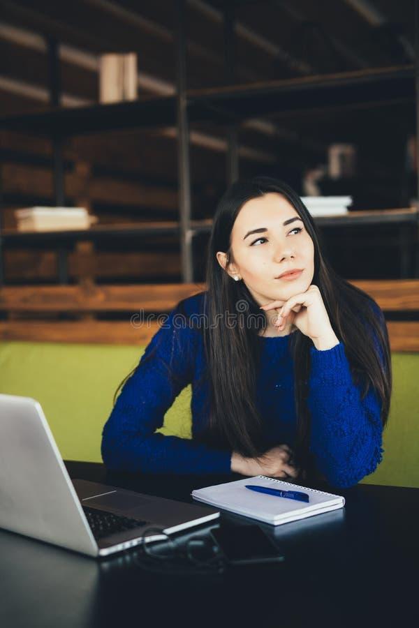 Νέα κυρία στο σύγχρονο χώρο εργασίας στοκ φωτογραφία με δικαίωμα ελεύθερης χρήσης