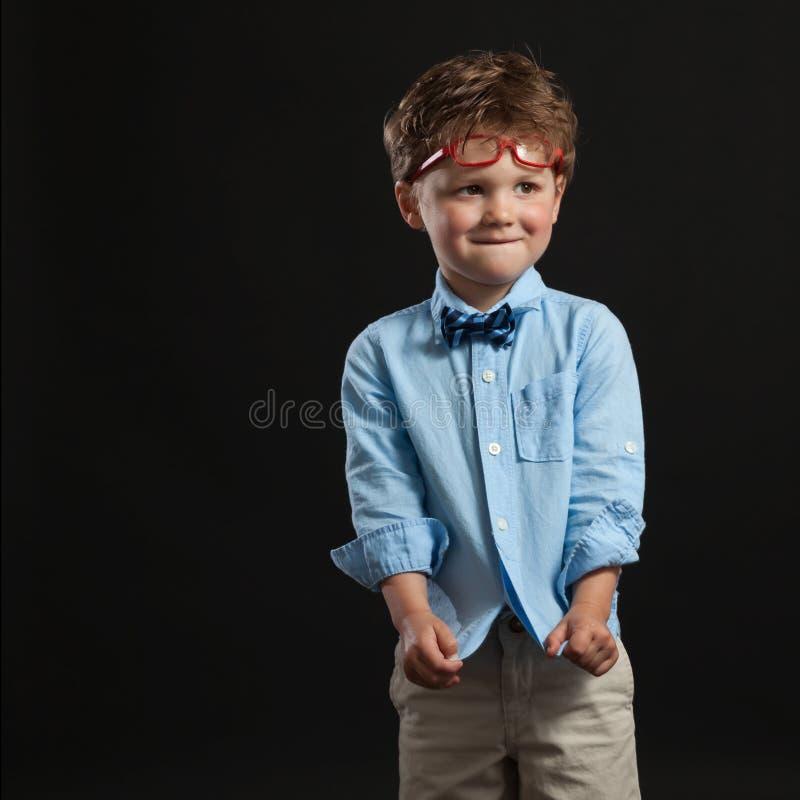 Νέα κόκκινα γυαλιά δεσμών τόξων Todder αγοριών στοκ εικόνα