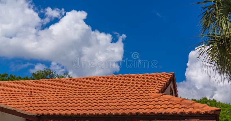 Νέα κόκκινη στέγη κεραμιδιών κάτω από τους μπλε ουρανούς στοκ φωτογραφία