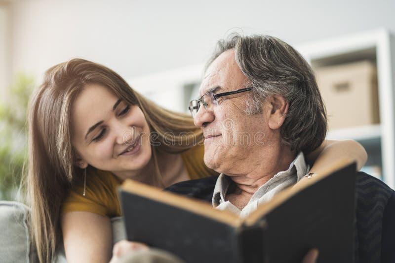 Νέα κόρη που αγκαλιάζει τον πατέρα της στοκ εικόνα