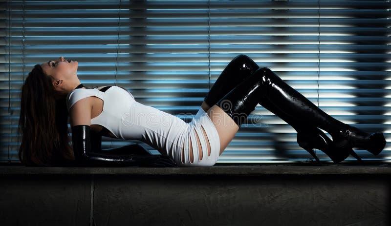 Νέα λεπτή γυναίκα goth στοκ εικόνα με δικαίωμα ελεύθερης χρήσης