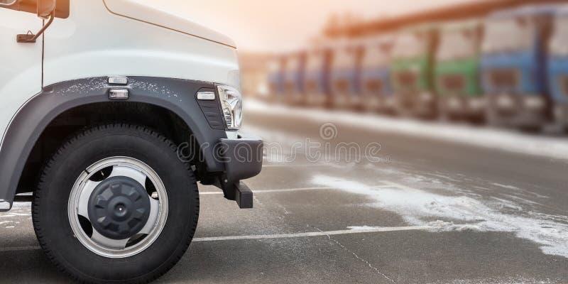 Νέα μέσα φορτηγά μεγέθους στο χώρο στάθμευσης αντιπροσώπων υπαίθρια στο χειμώνα Υπηρεσία και συντήρηση φορτηγών Παράδοση και υπηρ στοκ φωτογραφία με δικαίωμα ελεύθερης χρήσης