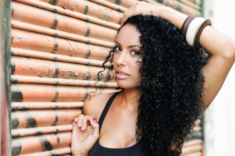 Νέα μαύρη γυναίκα, afro hairstyle, στο αστικό υπόβαθρο στοκ φωτογραφίες με δικαίωμα ελεύθερης χρήσης