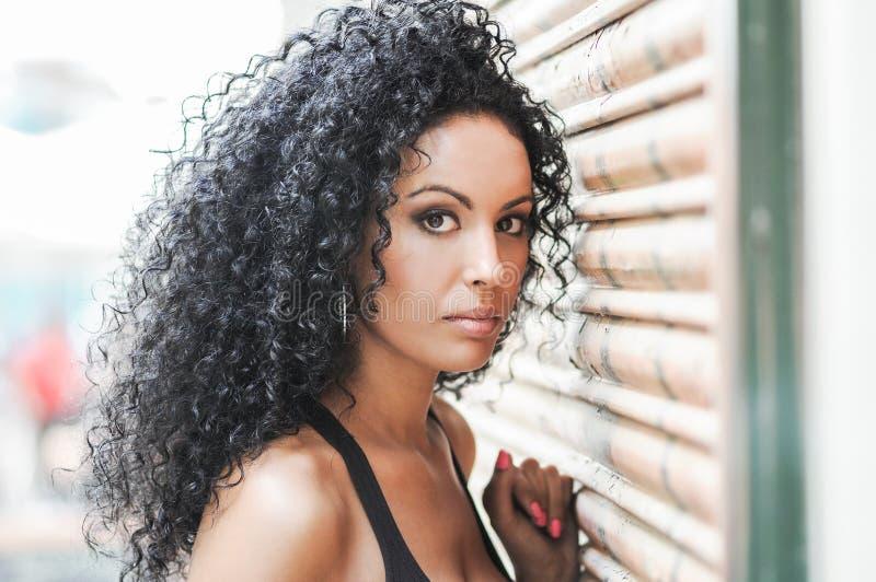Νέα μαύρη γυναίκα, afro hairstyle στοκ εικόνες με δικαίωμα ελεύθερης χρήσης