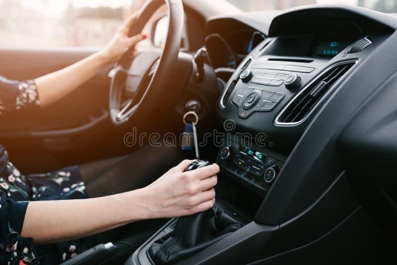 Νέα μεταβαλλόμενα εργαλεία γυναικών στο αυτοκίνητο αυτοκίνητο copyspace που οδηγεί τη μέσα παρεχόμενη όψη στοκ εικόνες