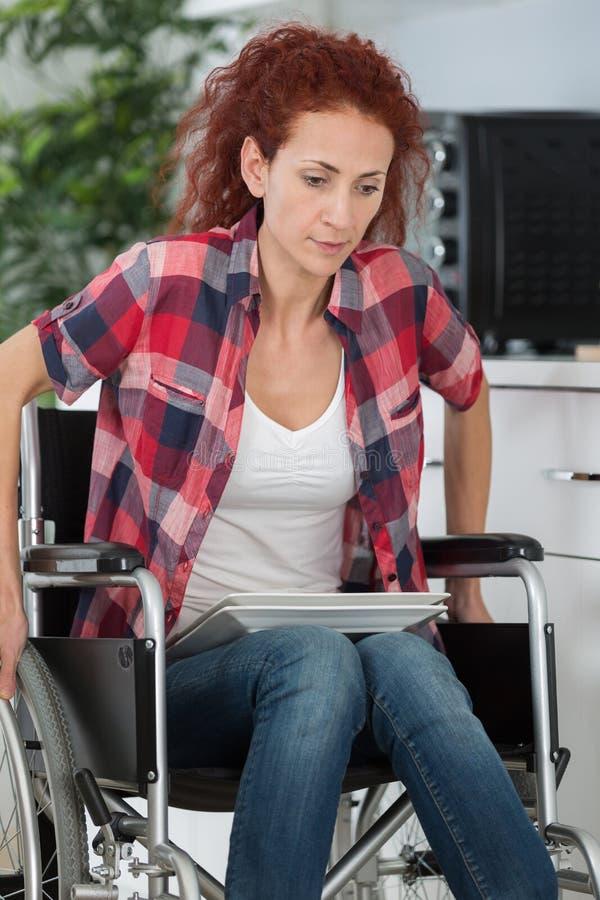 Νέα με ειδικές ανάγκες γυναίκα που αγωνίζεται να κινηθεί στο εσωτερικό στοκ εικόνες