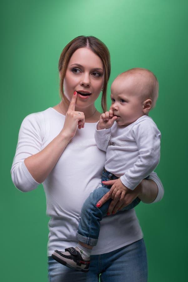 Νέα μητέρα και ο γιος μικρών παιδιών της που δείχνουν στοκ εικόνες