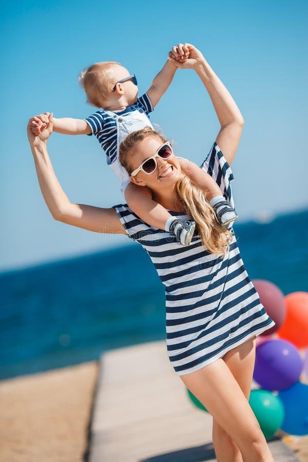 Νέα μητέρα και ο νέος γιος της στην παραλία στοκ φωτογραφία με δικαίωμα ελεύθερης χρήσης