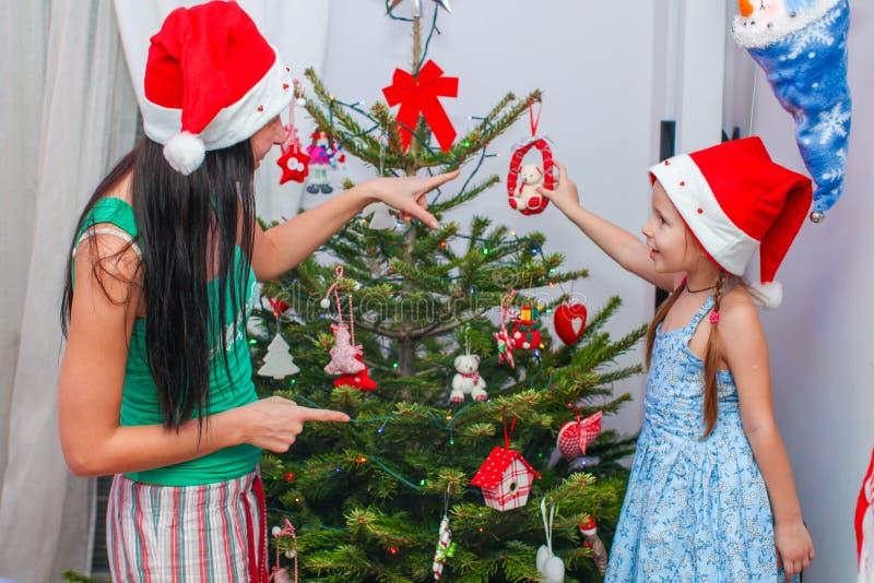 Νέα μητέρα και το λατρευτό μικρό κορίτσι της σε Santa στοκ εικόνα με δικαίωμα ελεύθερης χρήσης