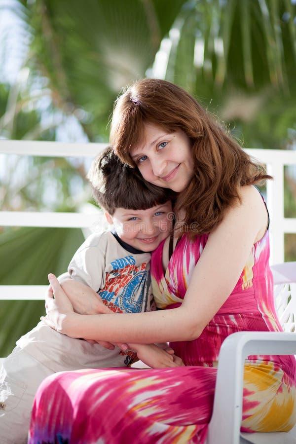 Νέα μητέρα με το γιο στοκ φωτογραφίες με δικαίωμα ελεύθερης χρήσης