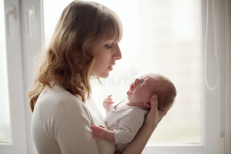 Νέα μητέρα με το φωνάζοντας μωρό