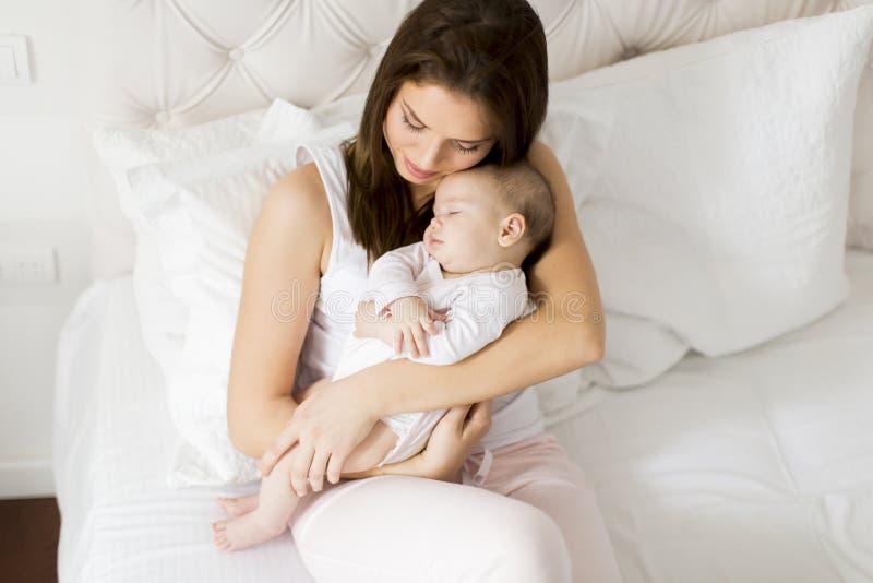 Νέα μητέρα που κρατά τη νεογέννητη κόρη της στοκ εικόνα με δικαίωμα ελεύθερης χρήσης