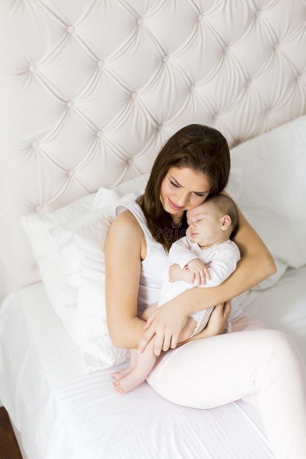 Νέα μητέρα που κρατά τη νεογέννητη κόρη της στοκ εικόνες με δικαίωμα ελεύθερης χρήσης