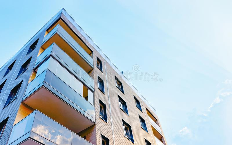 Νέα μοντέρνα πολυκατοικία στο εξωτερικό στοκ εικόνες