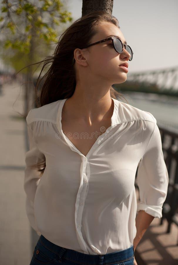 Νέα μοντέρνη γυναίκα brunette που έχει τη διασκέδαση στην πόλη στοκ εικόνα
