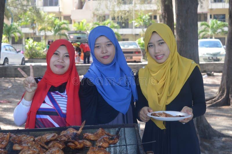 Νέα μουσουλμανικά κορίτσια που έχουν τη διασκέδαση στοκ φωτογραφίες με δικαίωμα ελεύθερης χρήσης