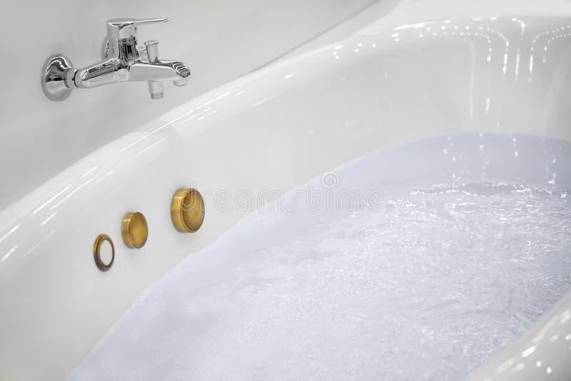 Νέα μπανιέρα τζακούζι που γεμίζουν με το νερό στοκ εικόνες