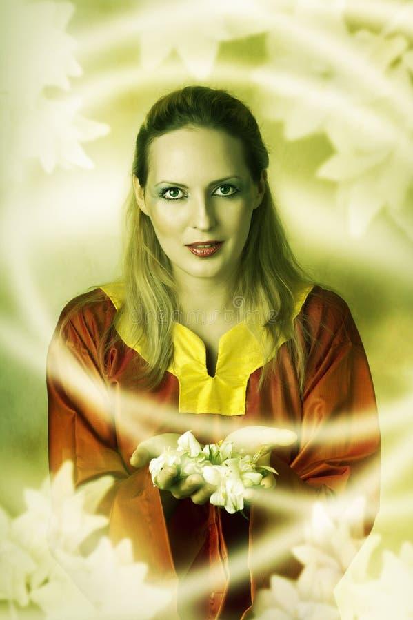 Νέα νεράιδα ή μάγισσα γυναικών που κάνει μαγική. στοκ φωτογραφίες με δικαίωμα ελεύθερης χρήσης