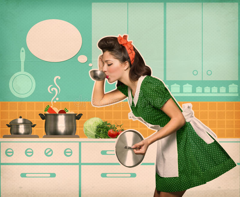 Νέα νοικοκυρά που εξετάζει τη σούπα της στην κουζίνα με την ομιλία bubb στοκ φωτογραφία
