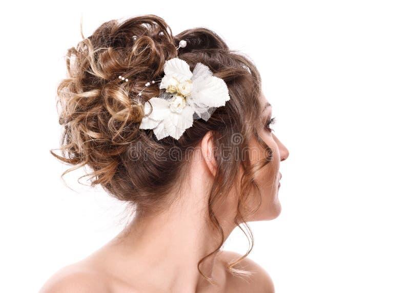 Νέα νύφη γυναικών με το όμορφο hairstyle και τη μοντέρνη τρίχα βοηθητικά, οπισθοσκόπος η ανασκόπηση απομόνωσε το λευκό στοκ εικόνες