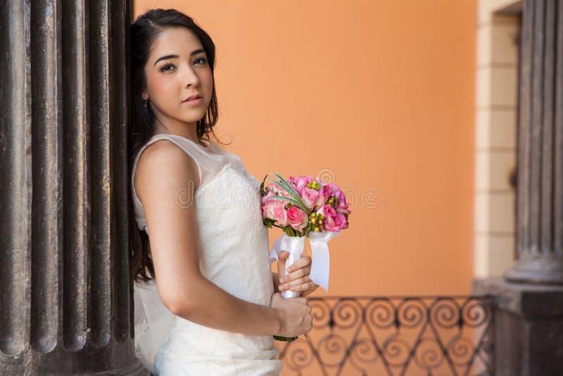 Νέα νύφη σε ένα δικαστήριο στοκ φωτογραφία με δικαίωμα ελεύθερης χρήσης