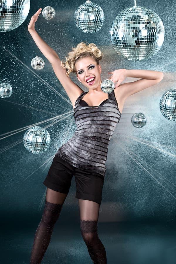 Νέα ξανθή λέσχη disco γυναικών τη νύχτα στοκ εικόνες