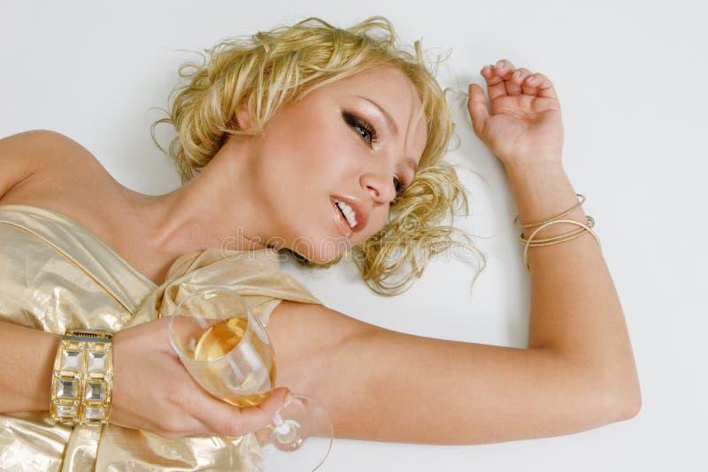 Νέα ξανθή γυναίκα με το γυαλί σαμπάνιας στοκ εικόνες