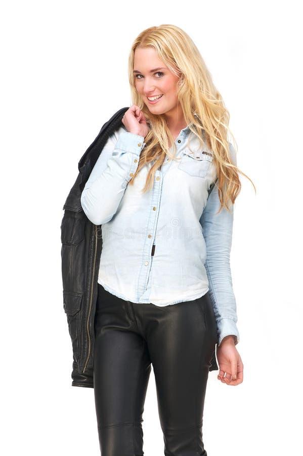Νέα ξανθή γυναίκα με το σακάκι δέρματος στοκ φωτογραφίες με δικαίωμα ελεύθερης χρήσης