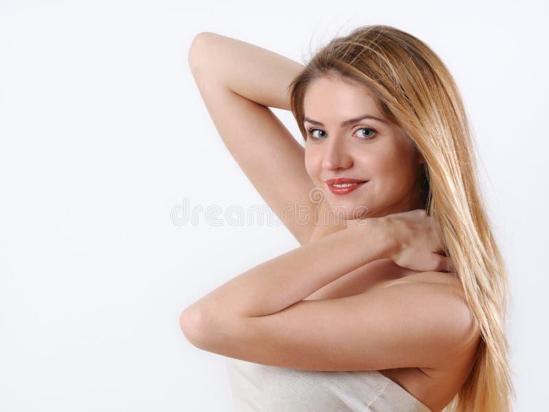 Νέα ξανθή γυναίκα με το τέλειο makeup και το ευαίσθητο δέρμα στοκ εικόνες