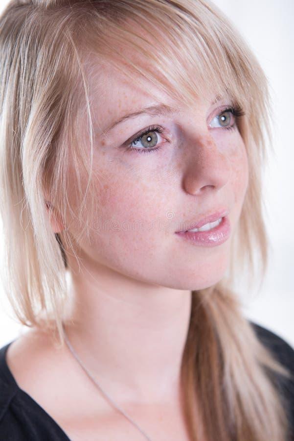 Νέα, ξανθή, ελκυστική γυναίκα πορτρέτου στοκ φωτογραφία