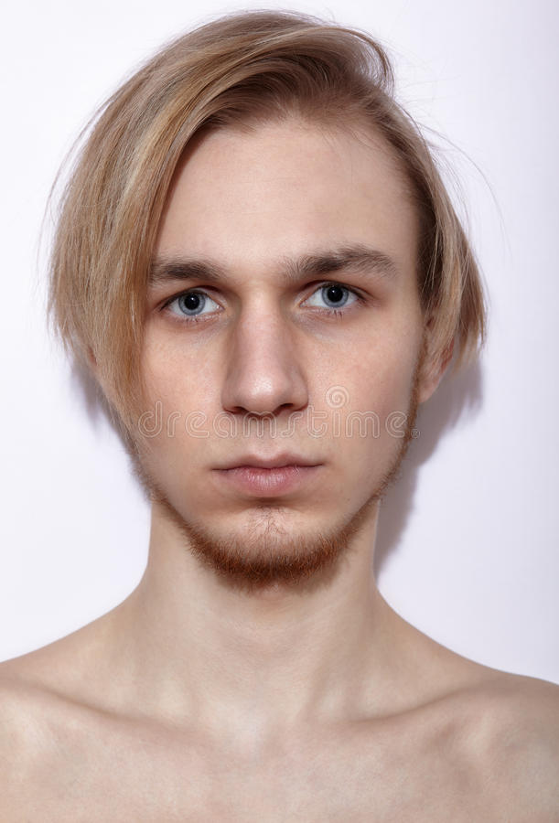 Νέα ξανθή τοποθέτηση ατόμων στοκ φωτογραφία