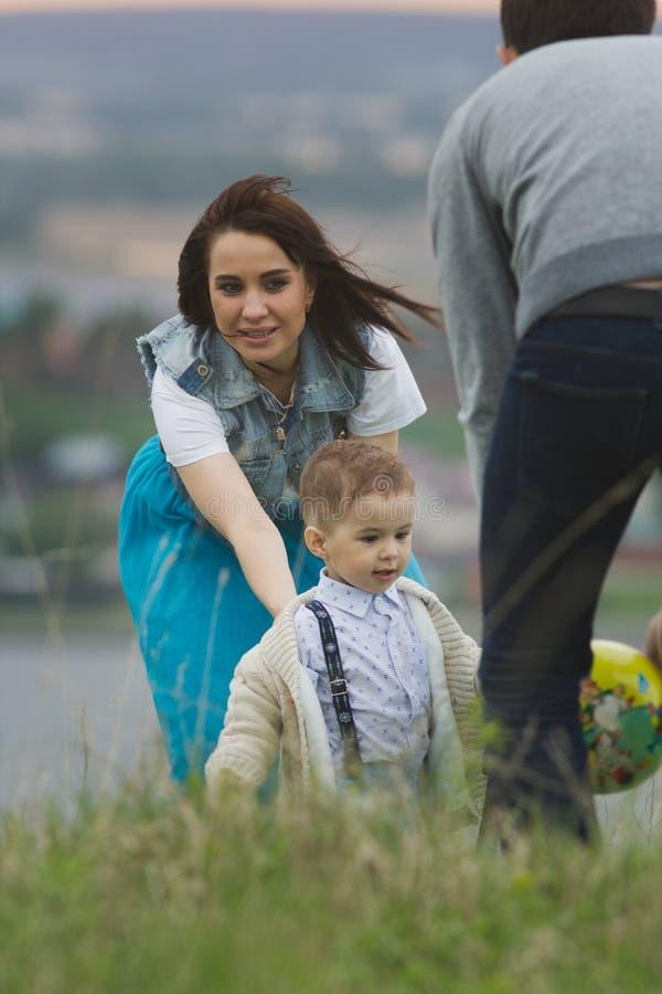 Νέα οικογένεια με ένα παιδί που παίζει και που έχει funat το θερινό τομέα στοκ εικόνα με δικαίωμα ελεύθερης χρήσης