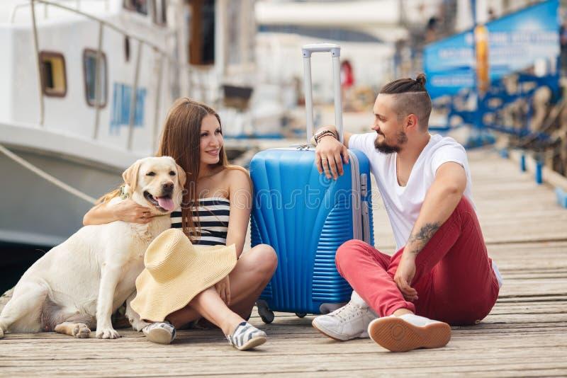Νέα οικογένεια με ένα σκυλί που προετοιμάζεται για το ταξίδι στοκ φωτογραφία με δικαίωμα ελεύθερης χρήσης