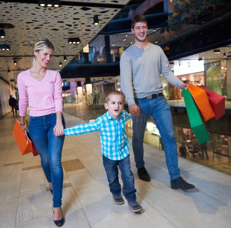 Νέα οικογένεια με τις τσάντες αγορών στοκ εικόνες