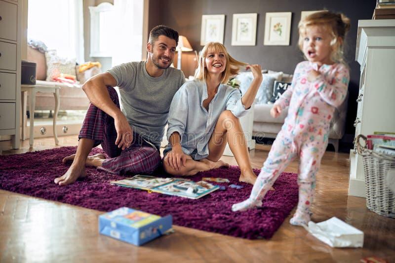 Νέα οικογένεια ευτυχής από κοινού στοκ φωτογραφία