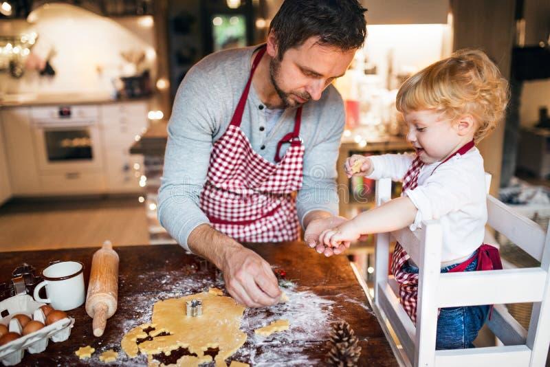 Νέα οικογένεια που κατασκευάζει τα μπισκότα στο σπίτι στοκ φωτογραφίες με δικαίωμα ελεύθερης χρήσης