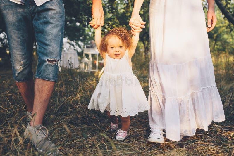 Νέα οικογένεια που περπατά στον κήπο στοκ φωτογραφίες