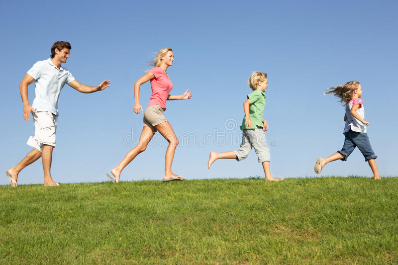 Download Νέα οικογένεια, πρόγονοι με τα παιδιά Στοκ Εικόνες - εικόνα από αντίγραφο, πράσινος: 17058974