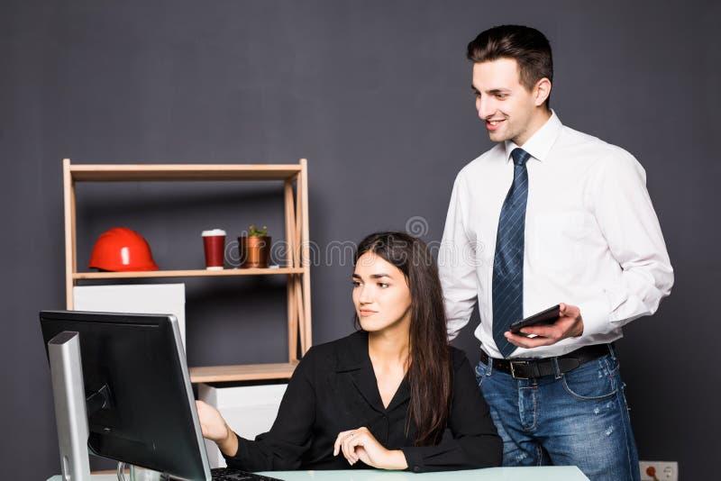 Νέα ομάδα σχεδίου που εργάζεται στο γραφείο που εξετάζει τον υπολογιστή στο δημιουργικό γραφείο εργασία ομάδων στοκ εικόνα