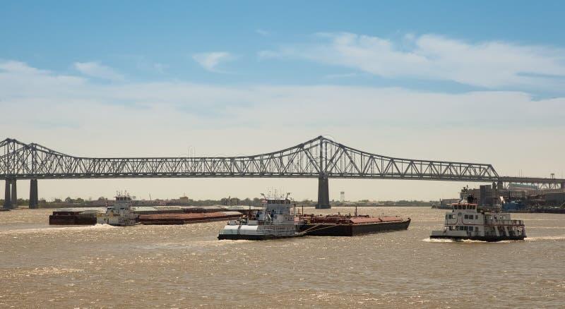 Νέα Ορλεάνη - κυκλοφορία φορτηγίδων στο ποτάμι Μισισιπή στοκ εικόνες