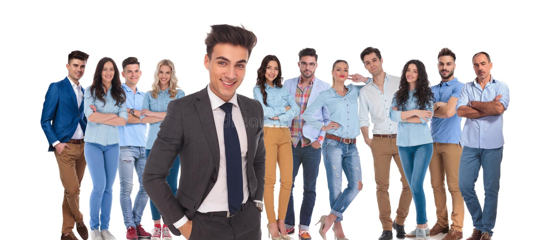 Νέα περιστασιακή ομάδα με τη χαλαρωμένη στάση ηγετών επιχειρηματιών σε FR στοκ φωτογραφία με δικαίωμα ελεύθερης χρήσης