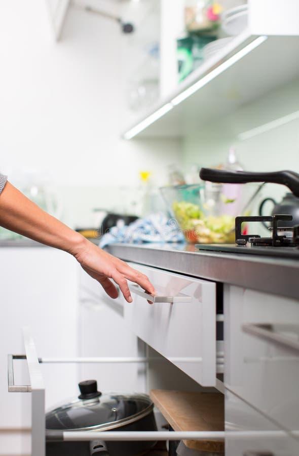 Νέα πιάτα πλύσης γυναικών στη σύγχρονη κουζίνα της στοκ εικόνα