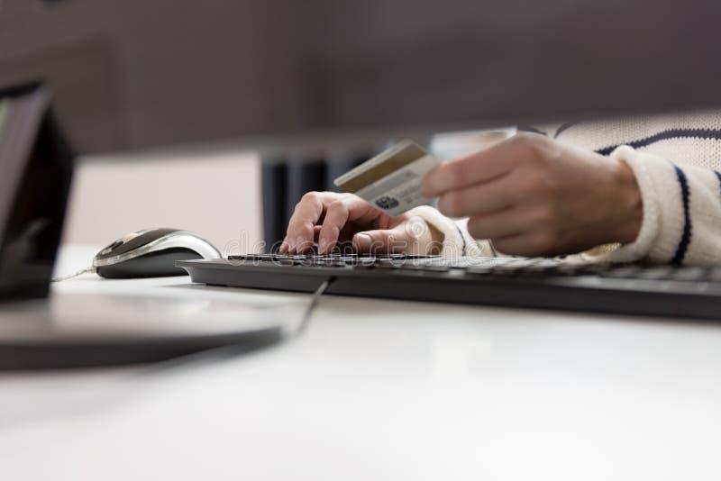 Νέα πιστωτική κάρτα εκμετάλλευσης γυναικών και χρησιμοποίηση του υπολογιστή Σε απευθείας σύνδεση shopp στοκ εικόνα με δικαίωμα ελεύθερης χρήσης