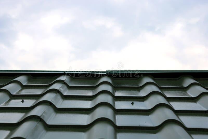 Νέα πράσινη στέγη του σπιτιού φιαγμένου από βότσαλα σιδήρου στοκ φωτογραφία