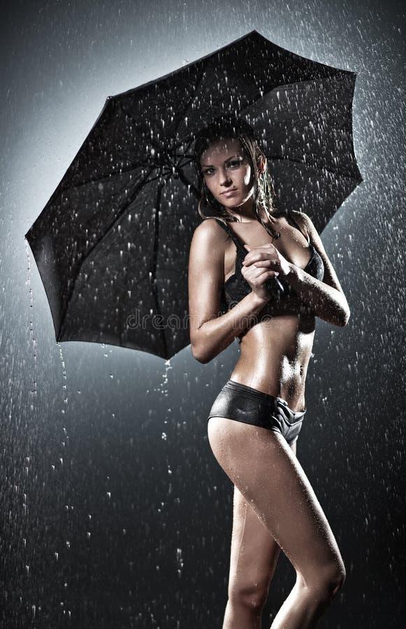 Νέα προκλητική γυναίκα με την ομπρέλα στοκ εικόνα